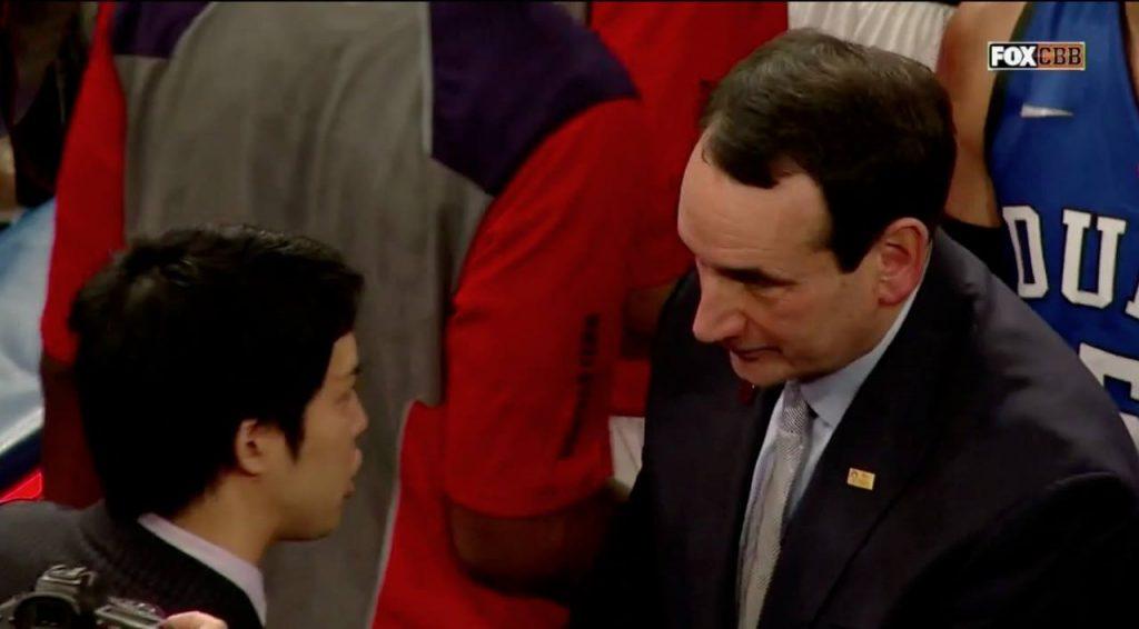 試合後にコーチKと言葉をかわす福田氏。いったいどんな会話をしたのだろうか
