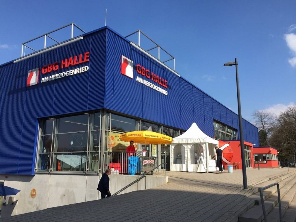 大会が行われている、GBG Halle(マンハイム)。手前はどちらもホットドッグ販売店。中にも、記念Tシャツ、ドイツのユニフォームレプリカ等の販売ブースや、軽食のブースも
