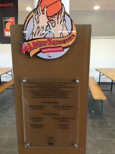 入口に建ててある、アルバートシュバイツァートーナメントの創設について。1958年大会から、ここマンハイムで開催されており、2012年から隣の町のフィールンハイムも共同開催になったとのこと。さらに、大会創設者の名前と、これまでのドイツバスケットボール界において重要な人物を取り上げている