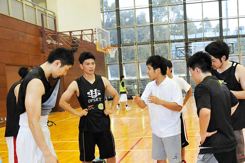 ※同じくGSL開催協力のTamagawa Training Camp 2014 supported by UPSETより。玉川大学バスケットボール部とのスクリメージの様子。この写真からも、約3年の時を経て、現在の筋肉隆々な体型との違いが伝わるはずだ。当時の様子はUPSET社のブログ内に元安コーチのコメントと共に掲載
