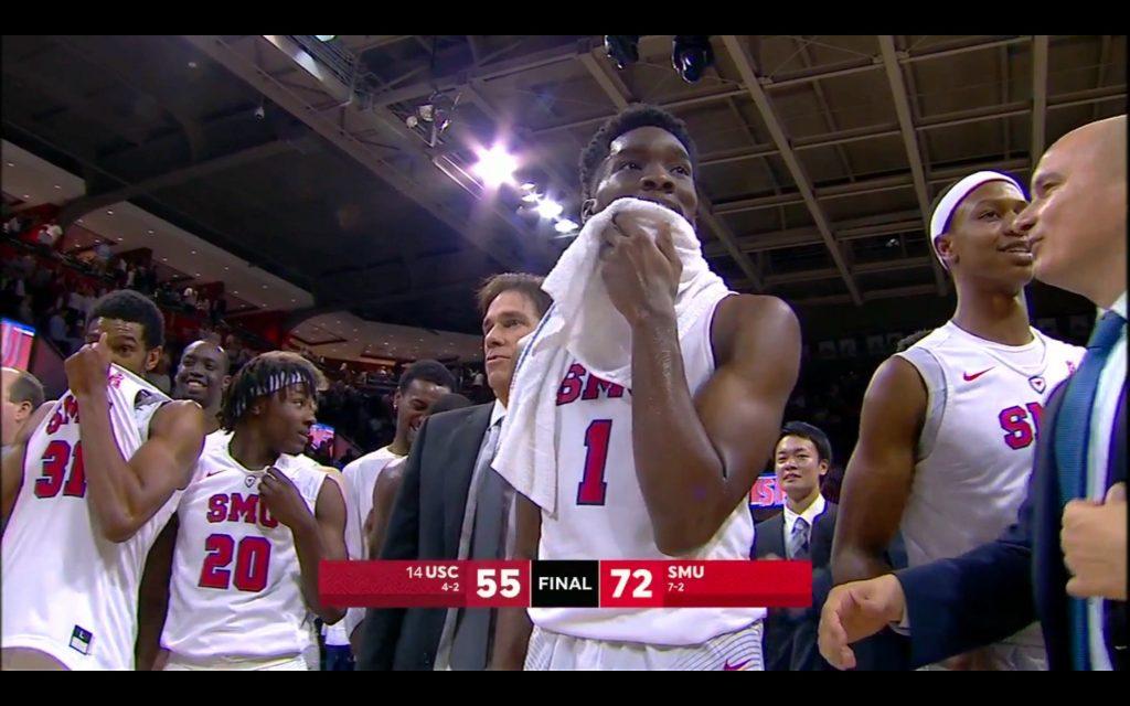 昨季NCAAトーナメントで敗戦したUSC(University of Southern California)に72-55でホームを収めたゲームより。試合中、試合後の様子からもリベンジを果たして歓喜に包まれる様子が分かる。USC文字の上に写るのがHCのTim Jankovich氏。USCはNick Young、DeMar DeRozan 、Taj Gibson (2006–09)も在籍していた。NBAファンにもお馴染みの大学。いずれの写真でも、中央2列目に小川氏の姿も確認できる